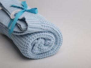 gestrickte Babydecke hellblau