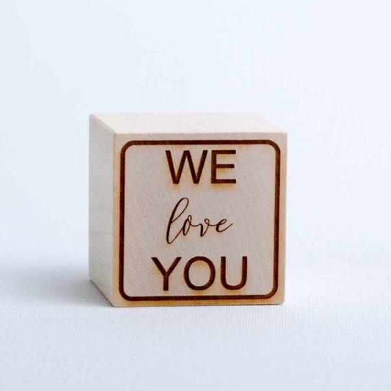 """Holzwürfel mit Text """"We love you"""" - positiv (gelasert)"""