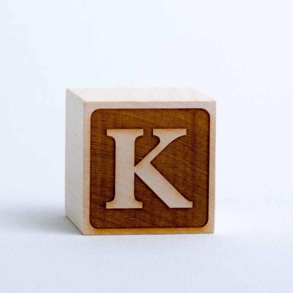 Holzwürfel mit Buchstabe K - negativ (eingelasert)