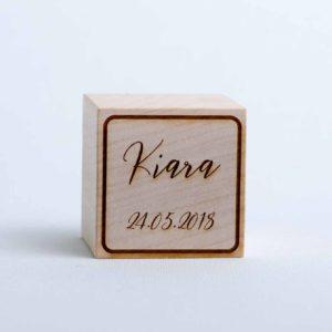 Holzwürfel mit Name und Geburtsdatum gelasert positiv