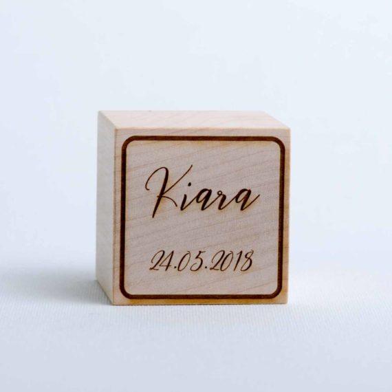 Holzwürfel mit Name und Geburtsdatum - positiv (gelasert)