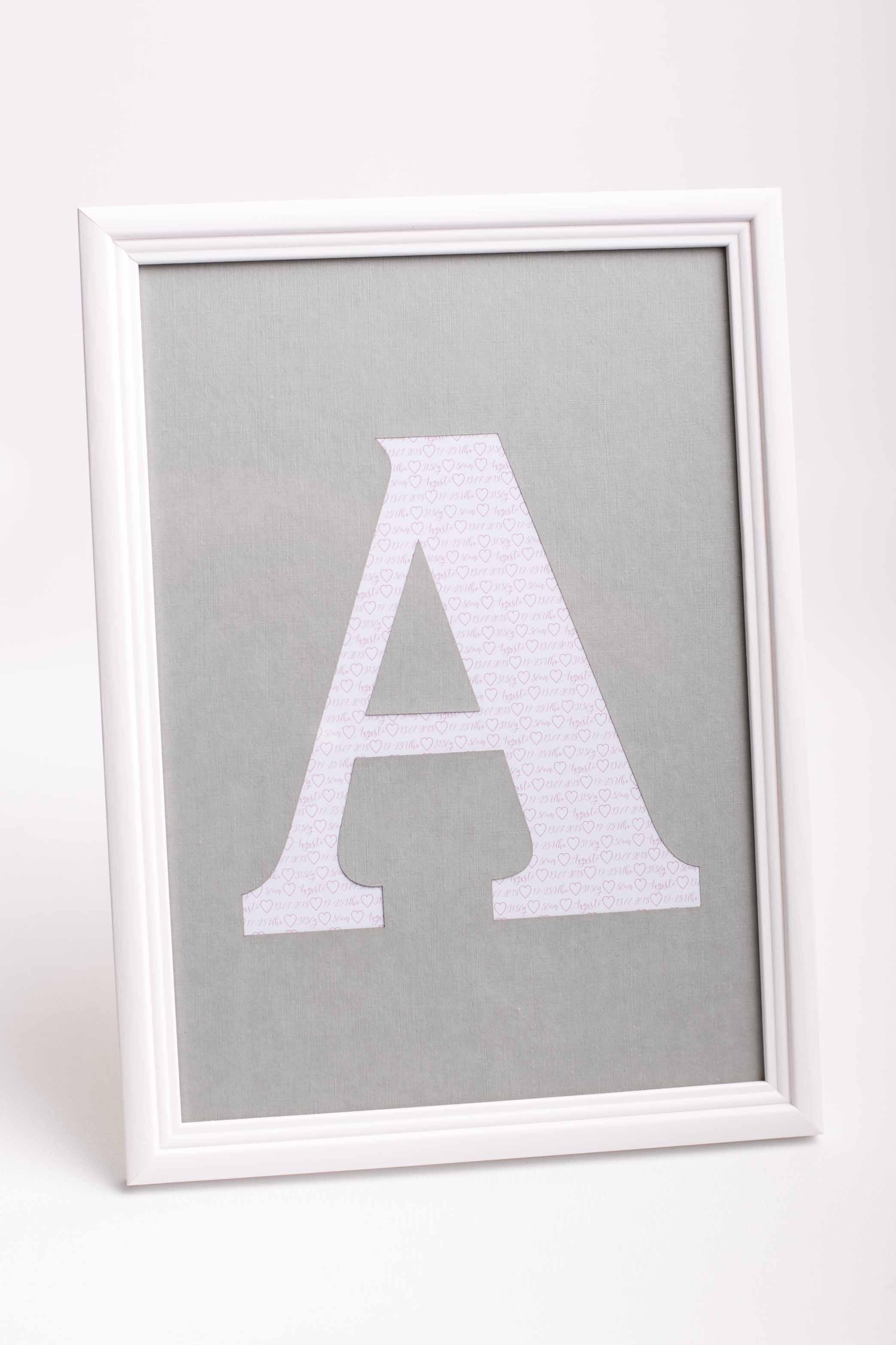 bilderrahmen mit den initialen und daten des babys im a4 holzrahmen dekoriert. Black Bedroom Furniture Sets. Home Design Ideas