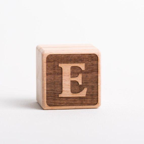 Holzwürfel mit Buchstabe E - negativ (eingelasert)