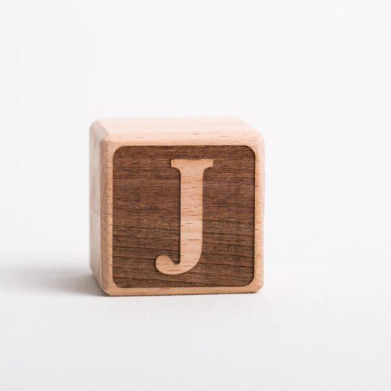Holzwürfel mit Buchstabe J - negativ (eingelasert)