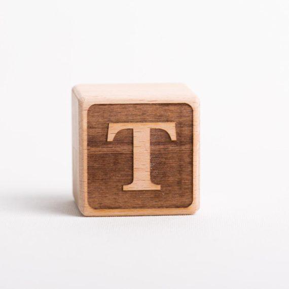 Holzwürfel mit Buchstabe T - negativ (eingelasert)