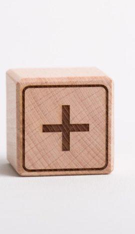 """Holzwürfel mit Zeichen """"+"""" - positiv (eingelasert)"""