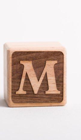 Holzwürfel mit Buchstabe M - negativ (eingelasert)